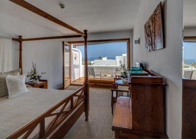 Habitación con cama con dosel muy iluminada - Boutique Hotel el Tío Kiko