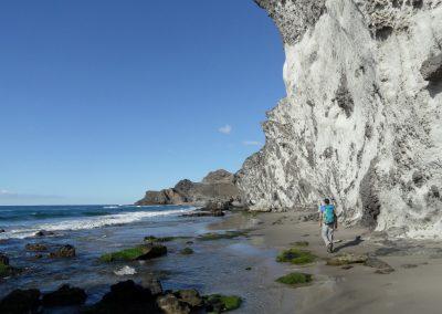 Paseo a la orilla de un acántilado en la playa de Cabo de Gata - Boutique Hotel el Tío Kiko