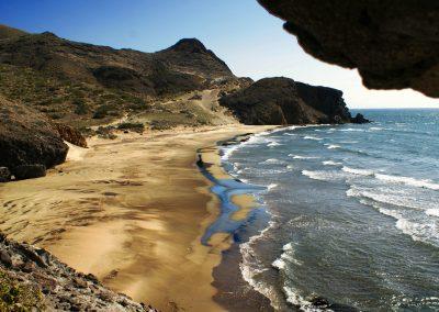 Vista de la playa desde un acantilado en Cabo de Gata - Boutique Hotel el Tío Kiko