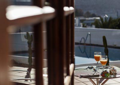 Mesa con desayuno al aire libre - Boutique Hotel el Tío Kiko