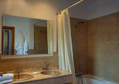 Bañera de hidromasaje y lavabo acabados en mármol - Boutique Hotel el Tío Kiko