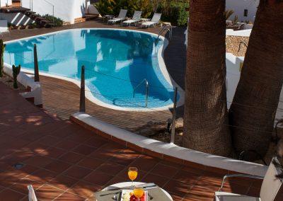Terraza con vistas a la piscina en Boutique Hotel el Tío Kiko