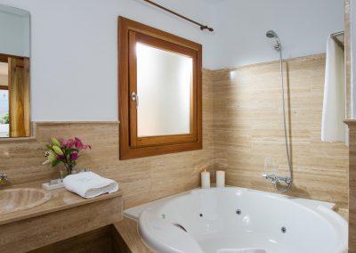 Bañera de hidromasaje acabada en mármol - Boutique Hotel el Tío Kiko