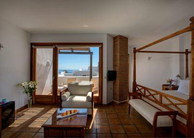 Amplia habitación luminosa con cama con dosel - Boutique Hotel el Tío Kiko