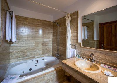 Bañera de hidromasaje y lavabo de mármol - Boutique Hotel el Tío Kiko