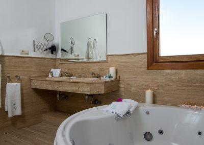 Bañera de hidromasaje y lavabo - Boutique Hotel el Tío Kiko